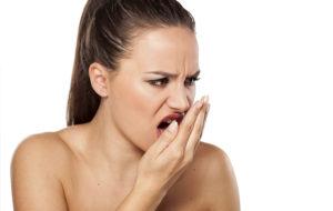 Sigue estos consejos para evitar o mejorar el mal aliento. La higiene y la alimentación te ayudarán a tener un aliento fresco.